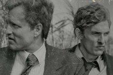 """""""Detektyw"""" rozpoczyna się od nierozwiązanej sprawy morderstwa Dory Lange, nad którą pracowało dwóch detektywów: Martin Hart (Woody Harrelson) i Rust Cohle (Matthew McConaughey)."""