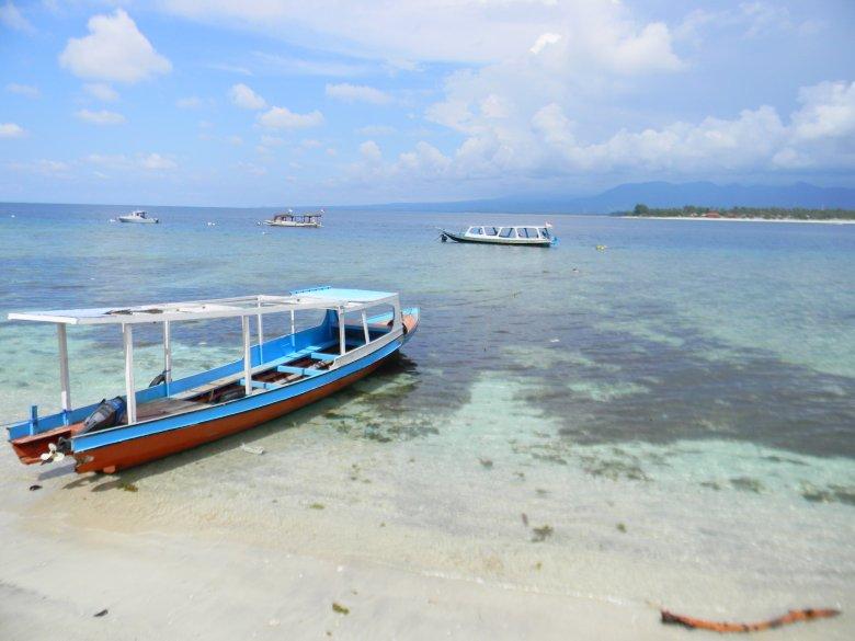 Widok z restauracji przy wschodnim wybrzeżu. W oddali góry na wyspie Lombok.