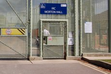 Polak popełnił samobójstwo w podobnym do tego ośrodku dla imigrantów pod Londynem. Brytyjskie MSW nie ujawnia szczegółów śmierci osadzonych.