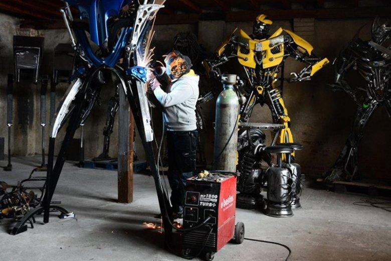 """Sebastian Kucharski w swojej """"Fabryce robotów"""". Budowlaniec wrócił do młodzieńczej fascynacji twórczością s-f. Żyje z tworzenia rzeźb robotów. Najwięcej klientów jest spoza Polski."""