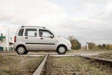 W Puszczykowie dzień po tragedii z udziałem karetki znów auto utknęło na torach kolejowych. Zdjęcie ilustracyjne.