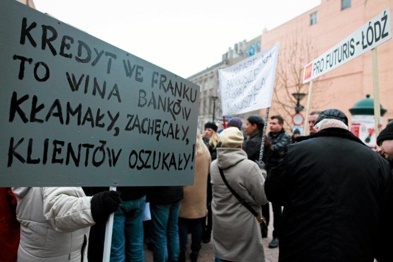 Protest frankowiczów w Łodzi w styczniu 2015 r., gdy frank szwajcarski kosztował ponad 4 zł. Gdy brali kredyt, CHF kosztował często poniżej 2 zł.