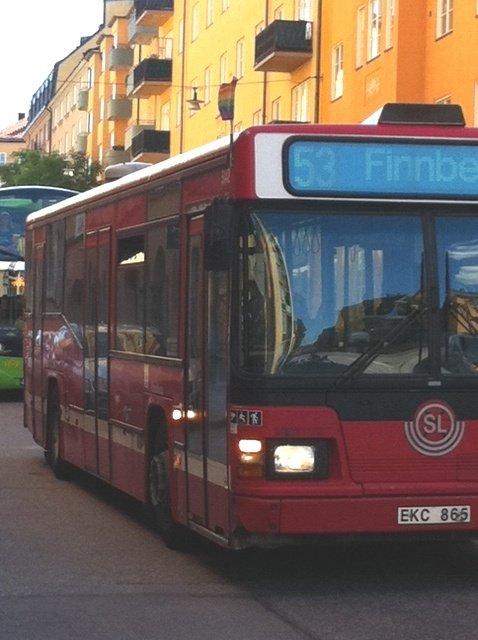 Tęczowe chorągiewki na sztokholmskich autobusach