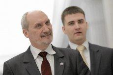 W dniu rozpoczęcia prac przez podkomisję smoleńską Ministerstwo Obrony Narodowej nadal nie wie, czy, ile i którym jej członkom będzie płacić (od lewej: minister Antoni Macierewicz i rzecznik Bartłomiej Misiewicz).