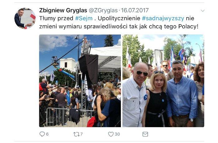 Poseł Zbigniew Gryglas podczas lipcowych protestów pod Sejmem.