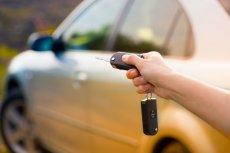 Kierowcom nierzadko zdarza się zgubić kluczyki do auta. Podobno co trzeci właściciel samochodu zgubił je w swoim życiu przynajmniej raz. W takich sytuacjach nerwów i pieniędzy zaoszczędzi ubezpieczenie kluczyków