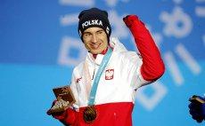 Tak wyglądała dekoracja medalowa Kamila Stocha na XXIII Zimowych Igrzyskach Olimpijskich w Pjongczangu.