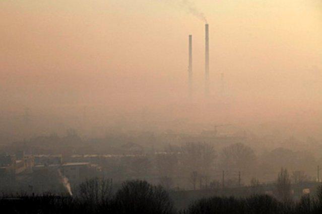 """Panorama Krakowa w marcu 2015 r. Wcześniej przez lata problem dotyczył głównie Małopolski i Śląska. Gdy w 2017 r. smog zaczął być mocniej odczuwalny w Warszawie, rząd ogłosił program """"Czyste powietrze""""."""