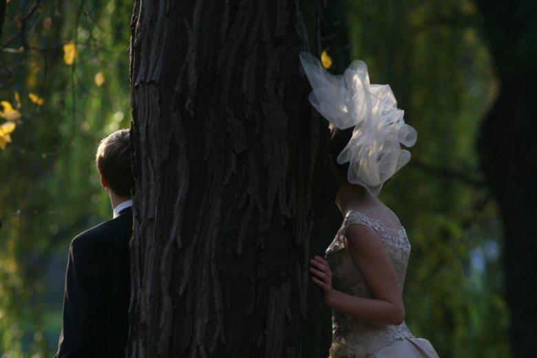 Taka sesja ślubna może być kosztowna. Lepiej zrobić jąod razu w dniu wesela, jeśli sięchce na nim zarobić.