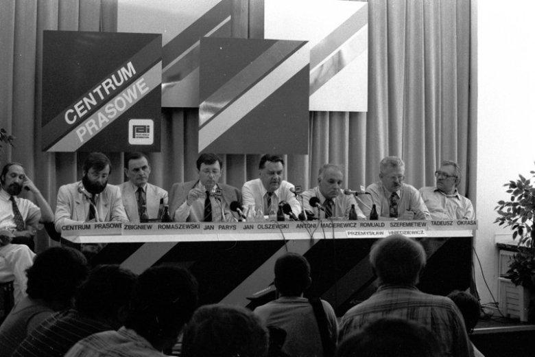 Konferencja prasowa Jana Olszewskiego i jego najbliższych współpracowników tuż po upadku gabinetu. Antoni Macierewicz siedzi pierwszy od lewej, Romuald Szeremietiew – drugi od prawej.