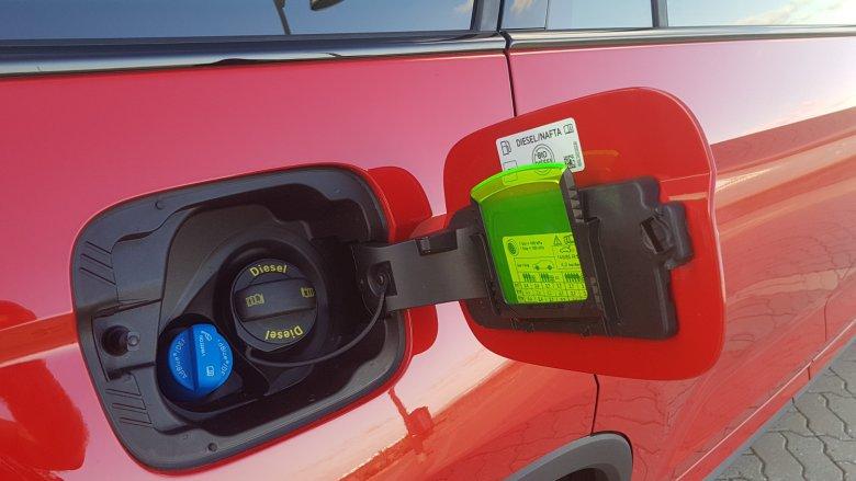 Z serii praktycznych dodatków: skrobaczka do szyb ukryta pod klapką wlewu paliwa.