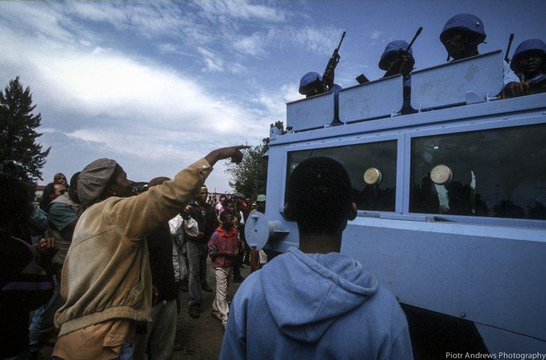 Mieszkańcy Takozy wygwizdują żołnierzy sił pokojowych podczas zbrojnych starć pomiędzy ANC i IFP w Takozie.