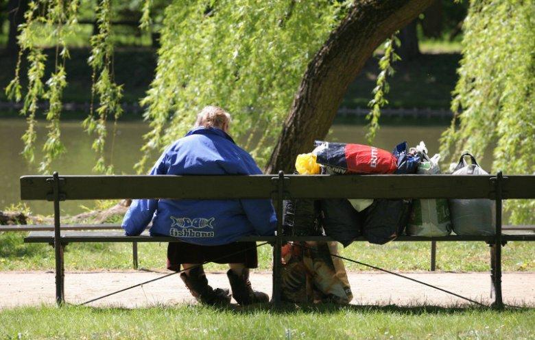 Bezdomna kobieta w Łazienkach Królewskich w Warszawie
