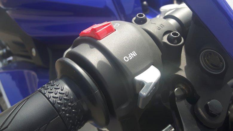 Szarym przełącznikiem przy kierownicy możemy żonglować danymi wyświetlanymi na desce rozdzielczej.