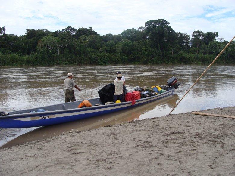 Łódź ze sprzętem wyprawy- gdzieś w Amazonii