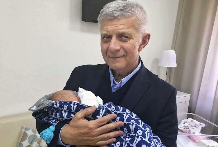 Marek Belka debiutuje na Twitterze. Pokazał zdjęcie z wnuczkiem.