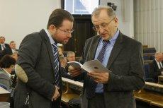 Prof. Jarosław Szymanek (z lewej) ukradł swojej studentce 18 stron pracy magisterskiej - pisze portal oko.press.