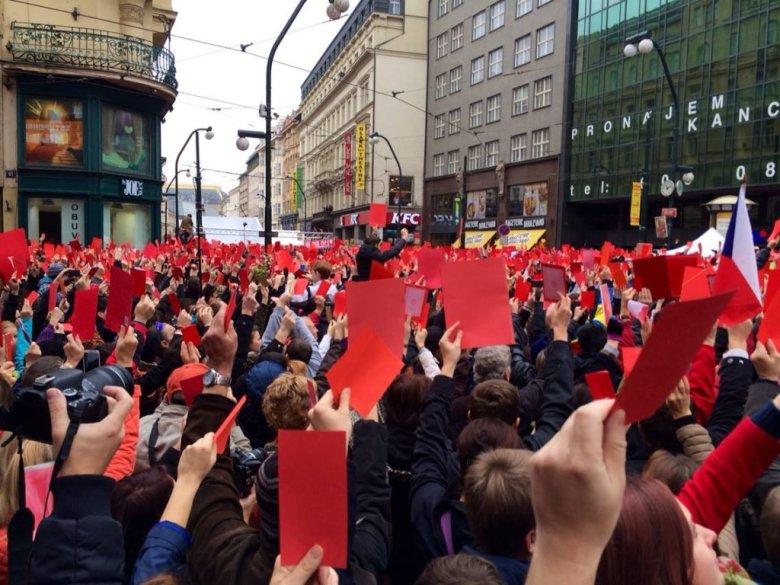 17.11.2014 - Aleja Narodowa w Pradze. Kilka tysięcy osób, w miejscu, gdzie komuniści brutalnie zatrzymali studencki marsz w 1989 roku, pokazuje Zemanowi czerwoną kartkę. Akcja miała jeszcze szerszy zasięg na sieciach społecznościowych.