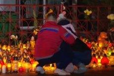 Od kilku dni przed budynkiem, w którym zginęło 5 nastolatek, cały czas płoną znicze.