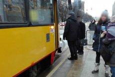 """Zaczęło się od pobicia 66-latka w warszawskim tramwaju za czytanie """"Gazety Wyborczej""""."""