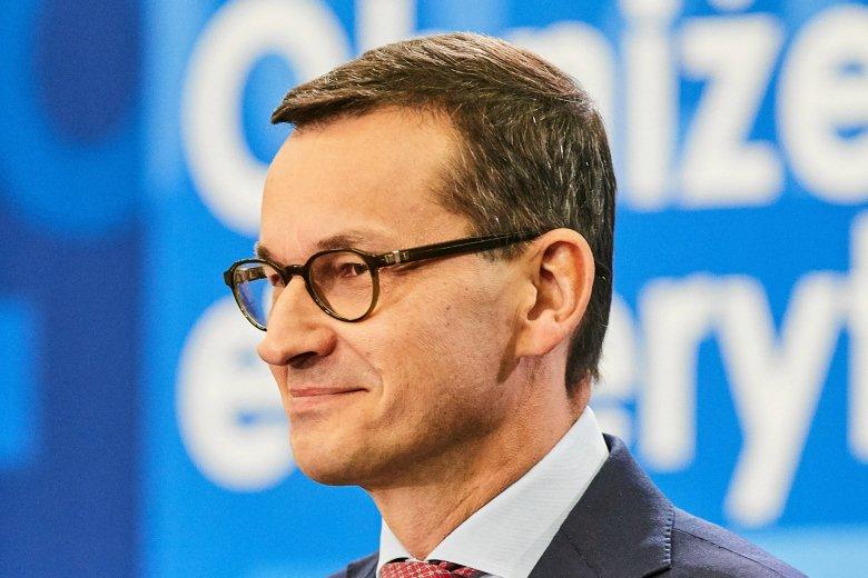 """Mateusz Morawiecki zareagował na transparent z napisem """"konstytucja"""". Wspomniał o nabieraniu się na """"lep propagandy""""."""