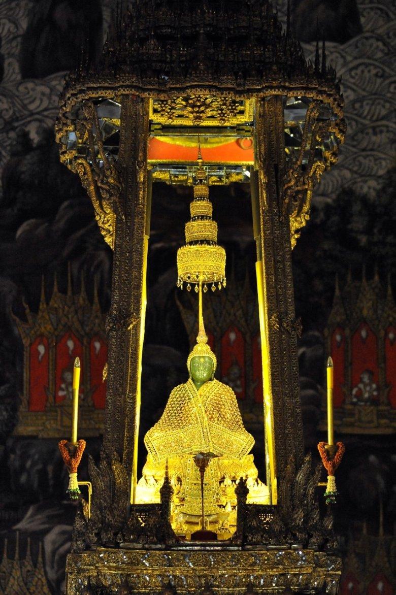 Szmaragdowy Budda odziany w złotą szatę. Wat Phra Kaeo. Bangkok/Tajlandia
