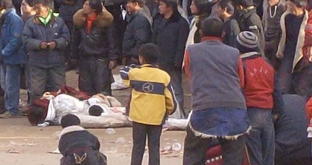 Protestujący wraz z ciałami zabitych 16 marca 2008 r. w Ngabie