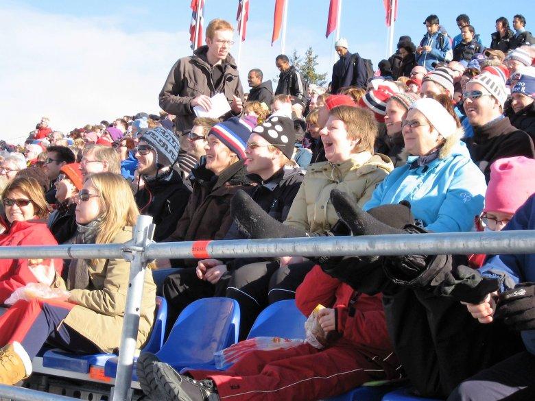 Publiczność na zawodach narciarskich w Trondheim