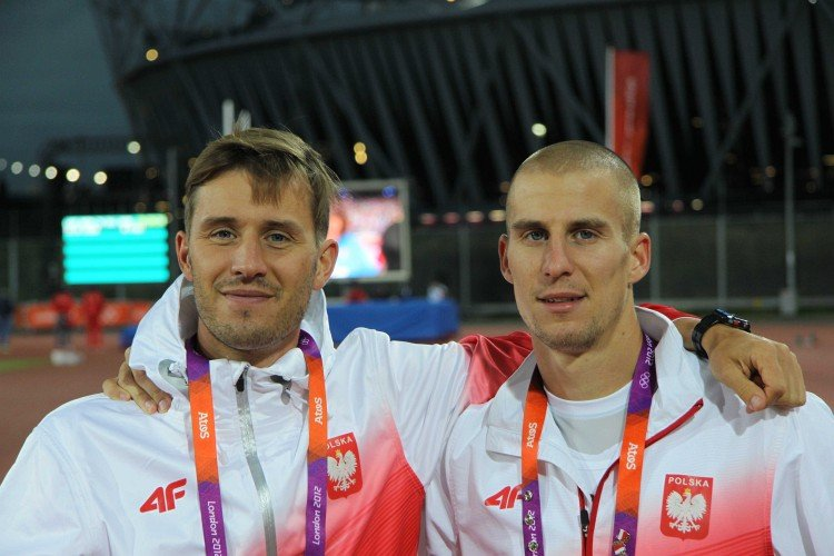 Bracia Lewandowscy - Tomasz i Marcin. W tle stadion olimpijski.