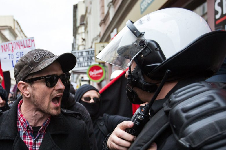 - Protestujcie mądrzej - apeluje do Polaków doświadczony policjant.