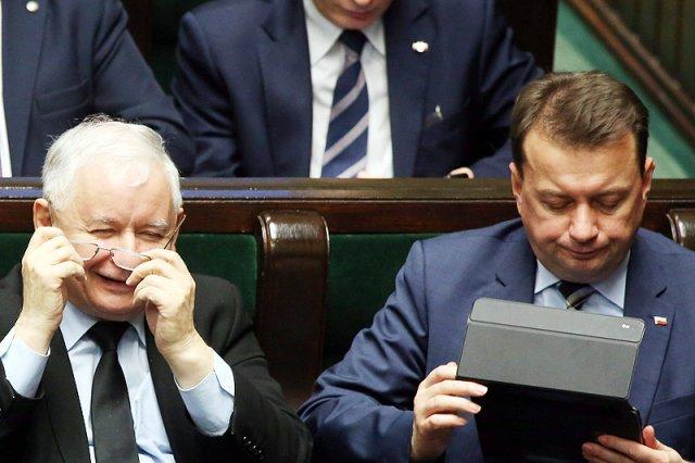 """""""Kot prezesa w akcji""""...? Szef MSWiA Mariusz Błaszczak miał świetny humor po sejmowej dyskusji o śmierci 25-latka torturowanego na komisariacie przez policjantów."""