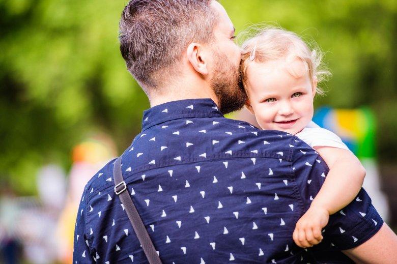 Bycie ojcem dziewczynki nastręcza mężczyznom wielu dylematów
