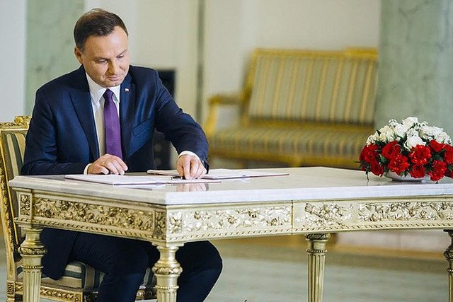 Andrzej Duda podpisał tzw. ustawę dezubikazacyjną 30 grudnia, 1 stycznia 2017 r. weszła w życie.