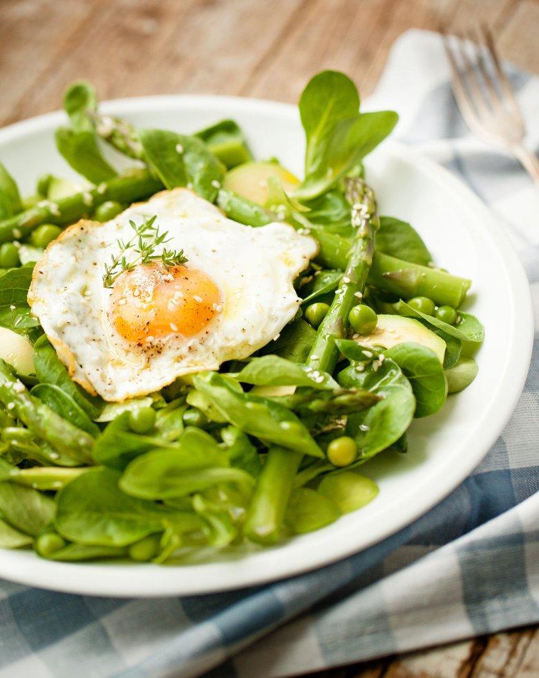 Ugotowane szparagi można podawać do sałatek, jajecznicy, jajek sadzonych i omletów. Do zielonych szparagów pasuje roztopione masło, odrobina soli morskiej, czarny pieprz i tarty parmezan.