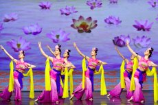 Tancerki z grupy Shen Yun podczas występu