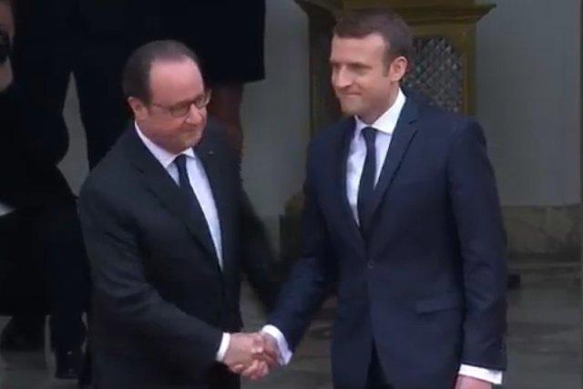 Ustępujący prezydent Friancois Hollande wita w Pałacu Elizejskim Emmanuela Macrona.