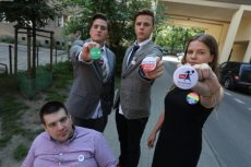 Licealiści z Warszawy nie zostali wpuszczeni do Sejmu, ich koledzy z Wałbrzycha w środku rozwinęli flagę UE.