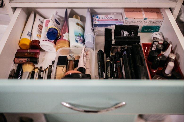 Szuflada, może być doskonałą kosmetyczką, jeśli ułożymy rzeczy tematycznie. Porządek pomagają utrzymać pudełka.