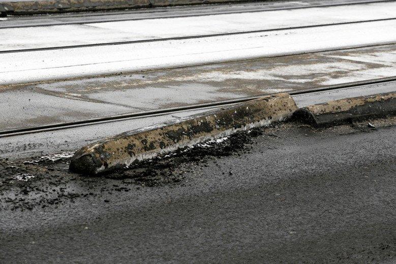 Oto powód całego zamieszania – betonowy separator.