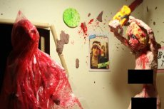 """""""Chainsaw maid"""" to jedna z najciekawszych serii horrorów. Ludziki ulepione z plasteliny potrafią wywołać gęsią skórkę"""