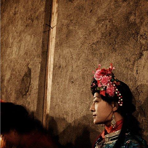 Kobieta Mosuo w tradycyjnym stroju.