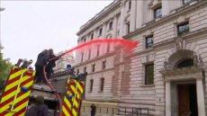 Aktywiści wylali 1800 litrów cieczy imitującej sztuczną krew na budynek ministerstwa skarbu w Londynie.