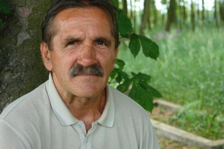 Niby prosta historia. Andrzej Korościel uporządkował poniemiecki cmentarz. Zajęło mu to 10 lat, bo jest niepełnosprawny. W tej prostej historii kryje coś więcej.