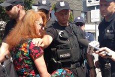 """Dziennikarka """"Polityki"""" Ewa Siedlecka protestowała w środę przeciwko niewpuszczaniu do parlamentu osób bez stałych przepustek."""