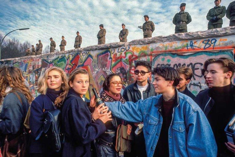 Młodzi mieszkańcy Berlina pod murem