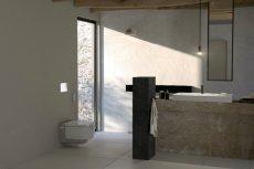 Nowoczesne łazienki w domach i mieszkaniach coraz częściej inspirowane są rozwiązaniami znanymi z przestrzeni publicznych