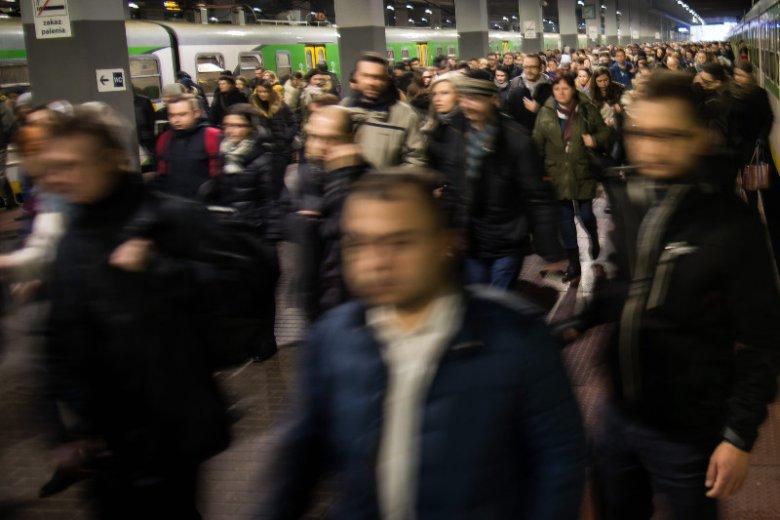Warszawa Wileńska i tłumy wysiadające z pociągu jadącego przez Wołomin, Ząbki, Tłuszcz.
