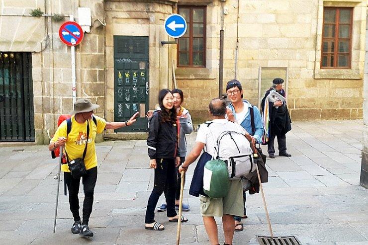 Do Santiago de Compostela pielgrzymują ludzie różnych narodowości, wyznań, a także w bardzo zróżnicowanym wieku.