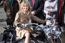 Magdalena Ogórek na motocyklu w czasie kampanii prezydenckiej. Za przejażdżkę przyjdzie jej zapłacić mandat.