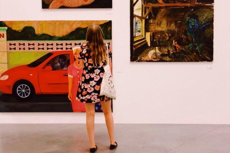 """""""Farba znaczy krew"""" to wystawa ukazująca prace 50 artystek z Polski i całego świata"""